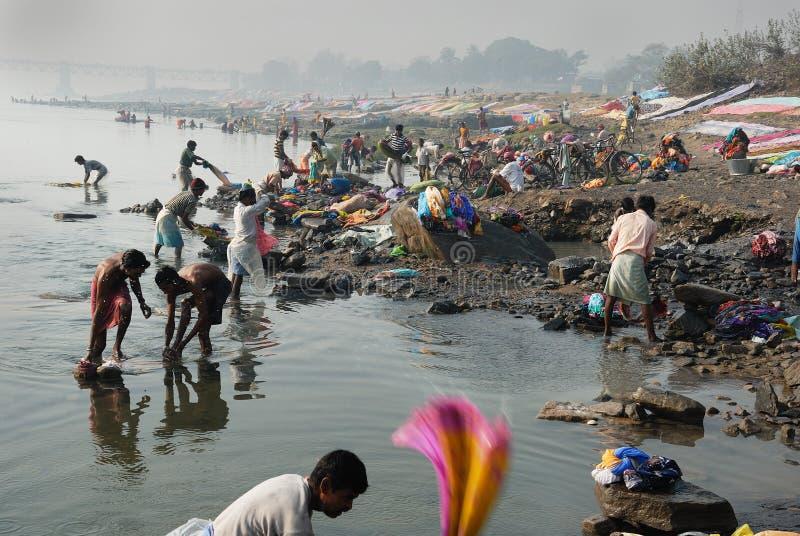 Washermen au fleuve de Barakar en Inde photos stock