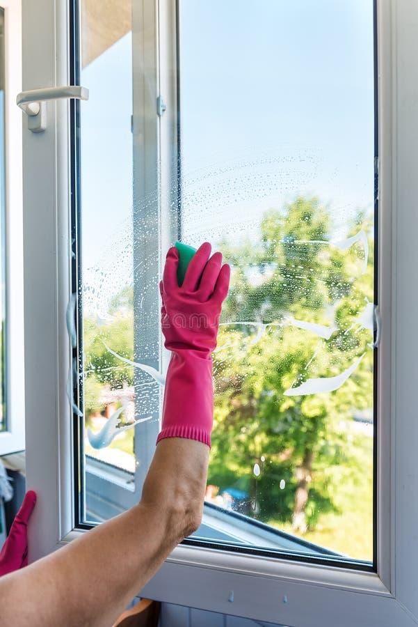 Washin de fenêtre, gant en caoutchouc photo stock