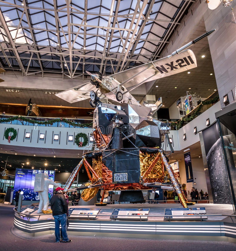 Washington, C C , EUA - 14 de dezembro de 2016: Interior do ar nacional e do museu de espaço de Smithsonian Institution fotografia de stock royalty free