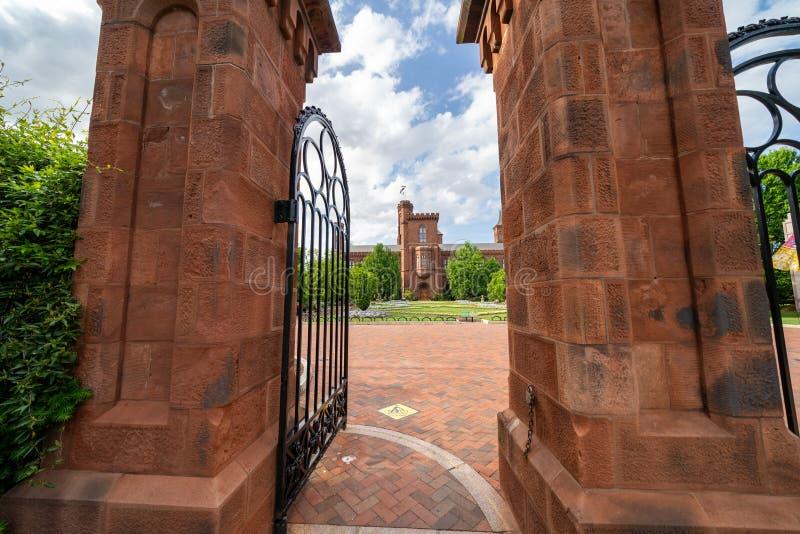 Washington, C.C. - 9 de maio de 2019: Porta exterior da entrada a Enid Haupt Garden e o castelo de Smithsonian no National Mall foto de stock