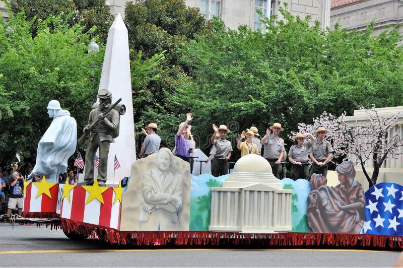 Washington, C C - 4 JUILLET 2017 : plates-formes de fête avec des participants du défilé de Jour de la Déclaration d'Indépendance images libres de droits