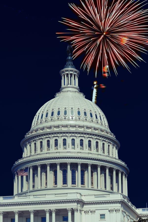 Washington, C Les Etats-Unis, le 4 juillet, des feux d'artifice allument les cieux au-dessus du capitol des USA photographie stock