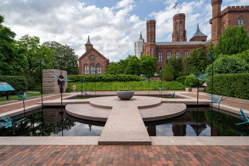 Washington, C.C - 9 mai 2019 : Le jardin de Moongate avec des statues de libellule dans Enid Haupt Garden et le ch?teau de Smiths image stock