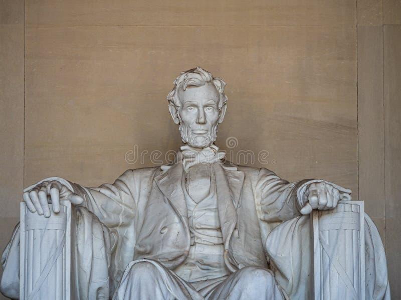 Washington, Columbia, Förenta staterna : [ Abraham Lincoln Memorial och hans staty i det grekiska kolonntemplet royaltyfri bild