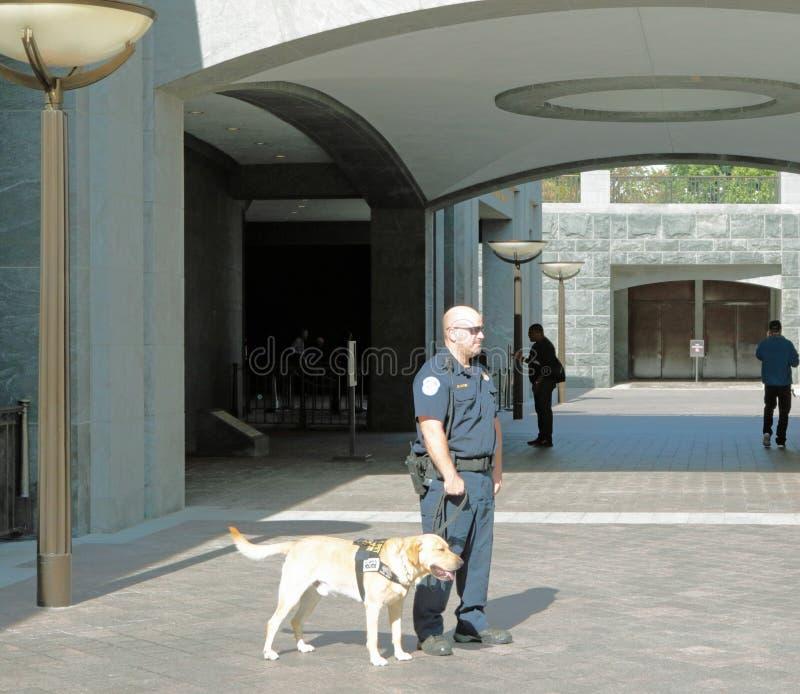 Washington, costruzione del Campidoglio di DC La polizia sorveglia i motivi fotografie stock