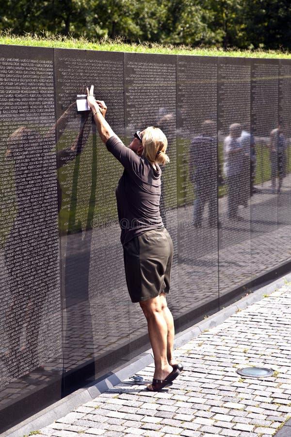 Mujer delante de los veteranos de Vietnam conmemorativos en la C.C. de Washington fotografía de archivo libre de regalías