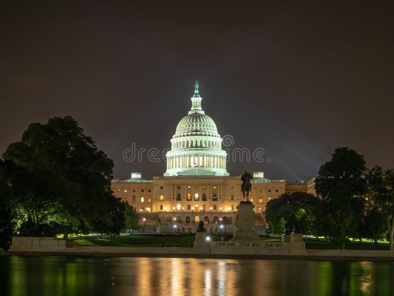 Washington DC, Bezirk Columbia [Kapitol-Gebäude Vereinigter Staaten US, Nachtansicht mit Lichtern über reflektierendem Teich, stockbild