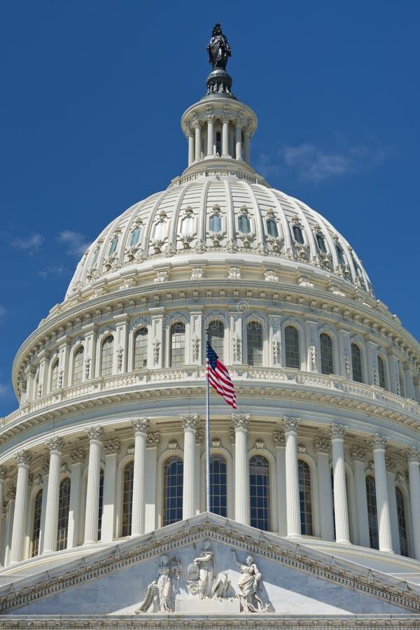 Washington DC Capitol na głębokim niebieskiego nieba tle fotografia stock