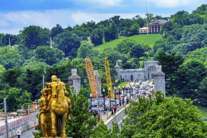 Washington DC commemorativo del cimitero di Arlington delle gru di costruzione del ponte immagine stock