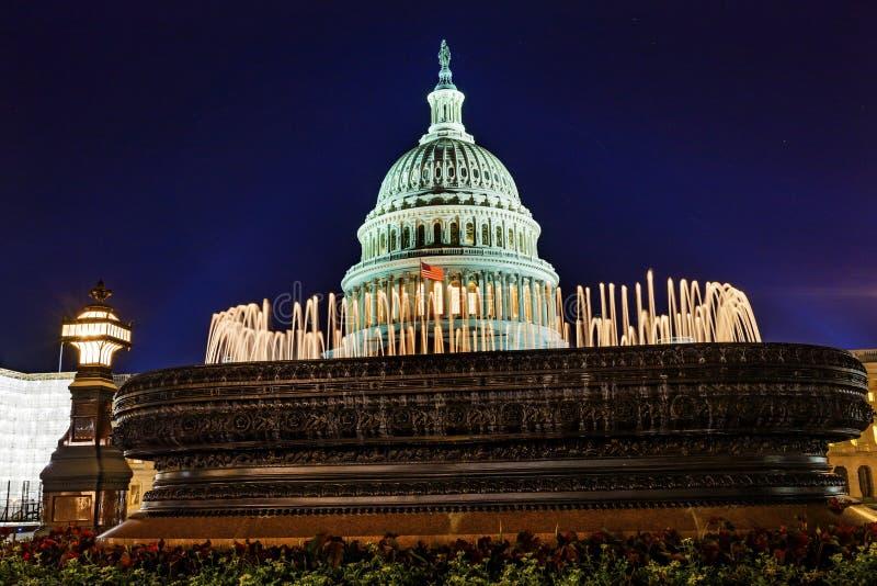 Washington DC d'étoiles de nuit de côté nord de fontaine de dôme de capitol des USA photo stock