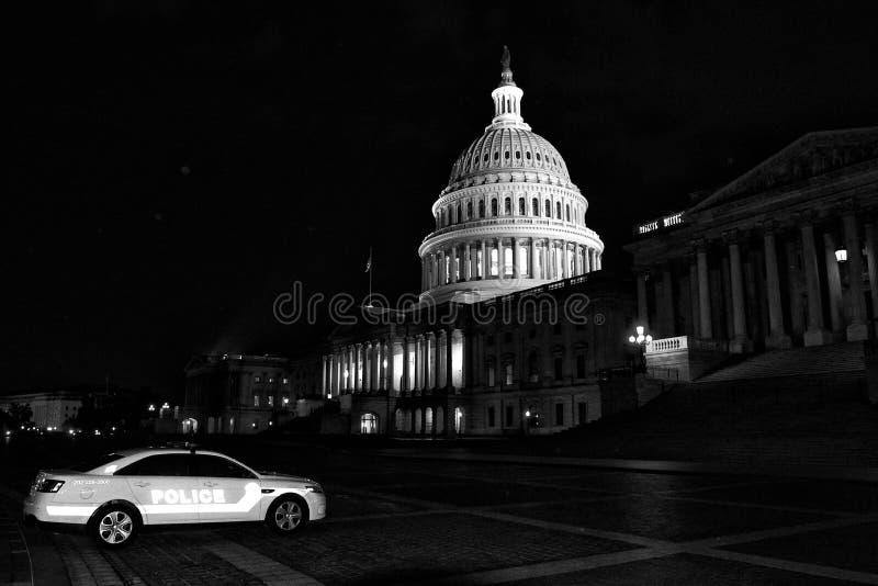 Washington, DC - 3 de junio de 2018: Coche policía cerca del capitolio de Estados Unidos en la noche imagen de archivo libre de regalías