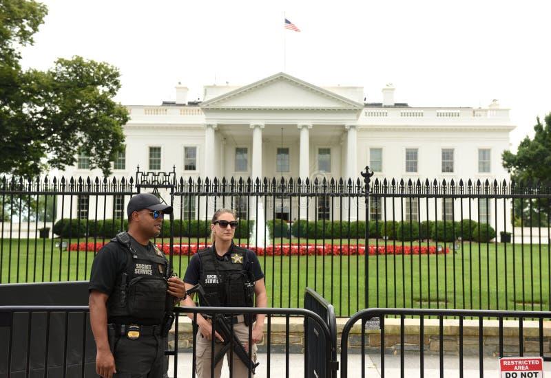 Washington, DC - 2 de junio de 2018: Guardia cerca de la Casa Blanca, Washington DC del servicio secreto imágenes de archivo libres de regalías