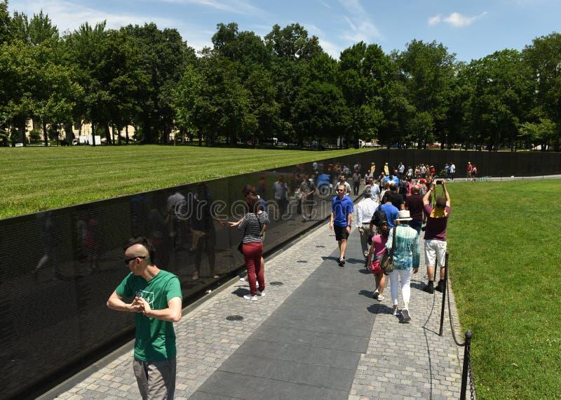 Washington, DC - 1 de junio de 2018: Visitantes en la nota de la guerra de Vietnam imágenes de archivo libres de regalías