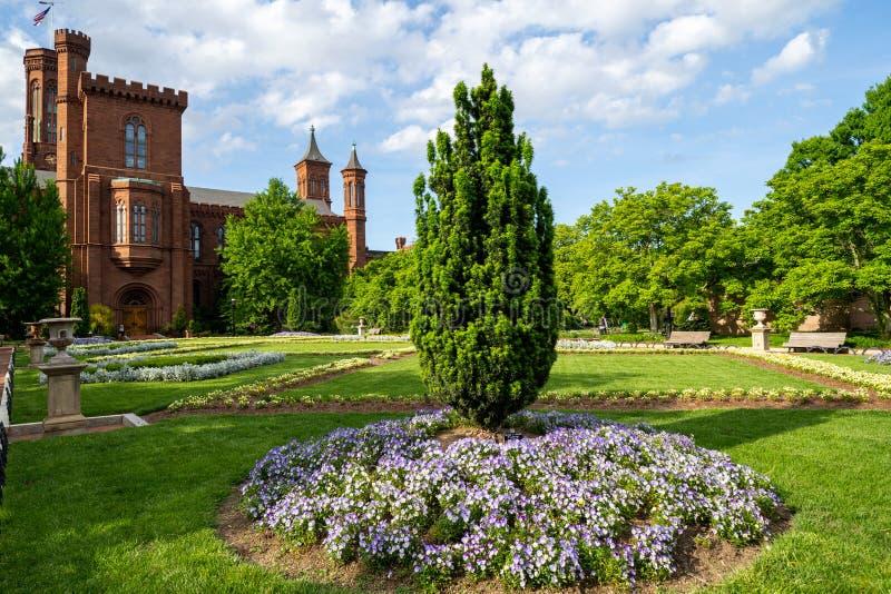 Washington, DC - 9 de mayo de 2019: Enid Haupt Garden y el castillo de Smithsonian en el National Mall en un día de primavera imágenes de archivo libres de regalías
