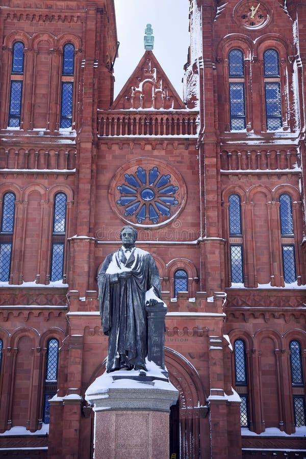 Washington DC de Smithsonien de neige de statue de Smithson image stock