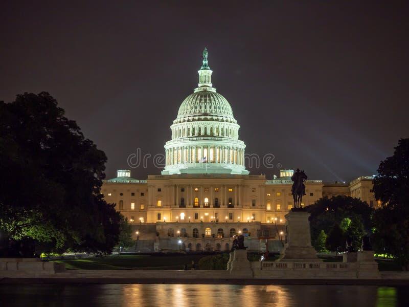 Washington DC District of Columbia [byggnad för Förenta staternaUSA-Kapitolium, nattsikt med ljus över det reflekterande dammet, royaltyfri fotografi