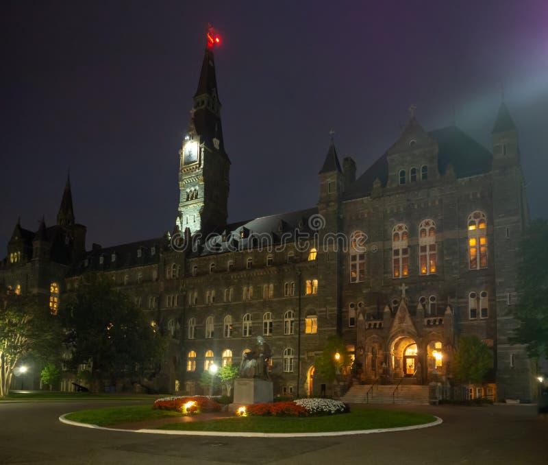 Washington DC District of Columbia [Förenta staterna USA, det Georgetown universitetet på natten, kapell och Healy Hall husklassr arkivbild