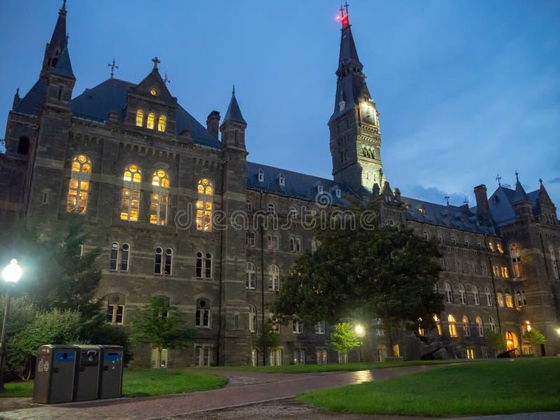 Washington DC District of Columbia [Förenta staterna USA, det Georgetown universitetet på natten, kapell och Healy Hall husklassr arkivbilder