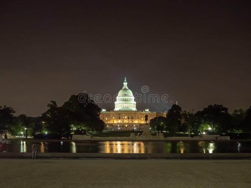 Washington DC, distrito de Columbia [construção do Capitólio dos E.U. do Estados Unidos, opinião da noite com luzes sobre a lagoa foto de stock