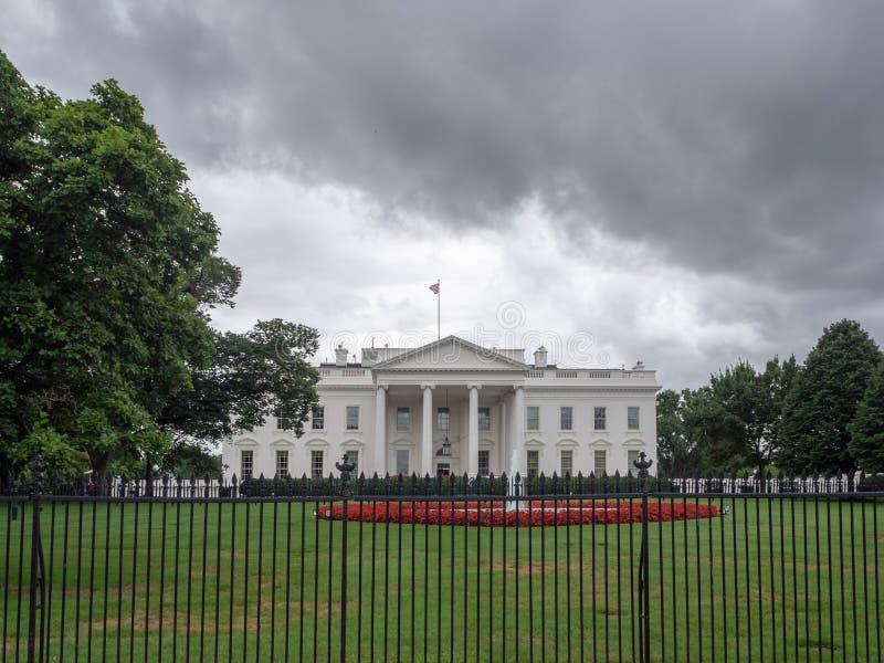 Washington DC, Dystrykt Kolumbii [US White House, trawnik i ogród za płotem, turyści na ulicy obraz royalty free