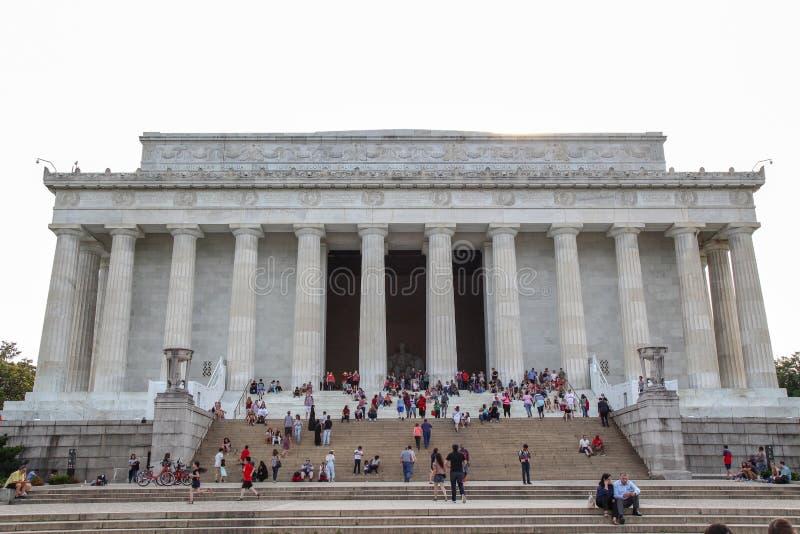 WASHINGTON DC, ETATS-UNIS - 12 JUIN 2018 : Les gens visitent au m?morial d'Abraham Lincoln, le Washington DC - Etats-Unis photo libre de droits
