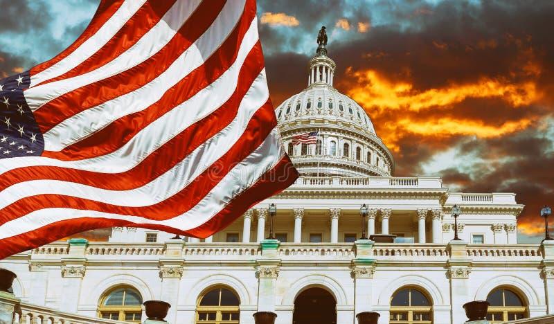 Washington DC Förenta staternagränsmärke Byggnad för nationell Kapitolium med USA-flaggan royaltyfri bild