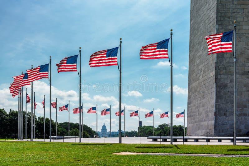 Washington DC - flaga amerykańskie blisko Waszyngtońskiego zabytku zdjęcia royalty free
