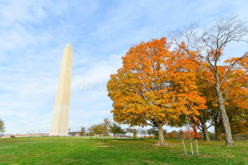 Washington DC, giardini di costituzione con Washington Monument in autunno fotografia stock