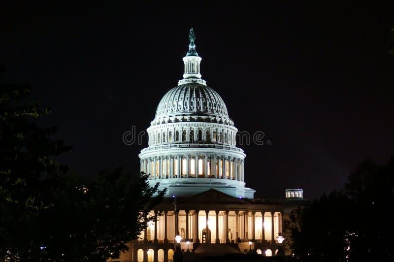Washington, DC, los E.E.U.U. 08 18 2018 Edificio del capitolio de los E.E.U.U. con las columnas Cierre para arriba noche foto de archivo libre de regalías