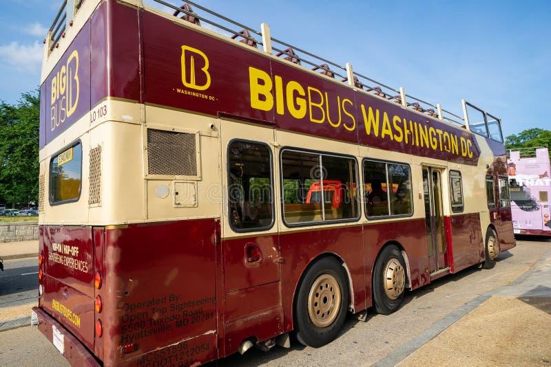 Washington, DC - 9. Mai 2019: Ein gro?es Bus-Washington DC-Hopfen an, Hopfen weg vom Reisebus, der nahe dem National Mall geparkt lizenzfreie stockfotografie