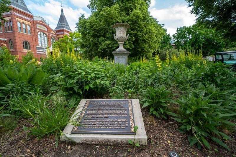 Washington DC - Maj 9, 2019: Platta och urna som hedrar Andrew Jackson Downing Urn p? den Smithsonian slotten Enid Haupt Garden l arkivfoton