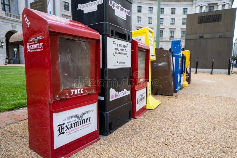 Washington DC - Maj 9, 2019: Tidningsvaruautomater l?ngs trottoarerna av den i stadens centrum District of Columbia, f?r tidskrif arkivbilder