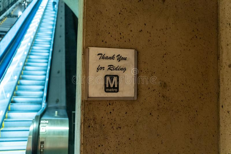 Washington DC - 9 Mei, 2019: Teken die passagiers danken voor het berijden van de gelijkstroom-Metro trein Roltrappen op de achte royalty-vrije stock foto