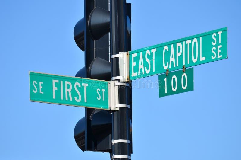 Washington DC - Ostkapitol-Straße und erstes Straßenkreuzungsstraßenschild lizenzfreie stockbilder