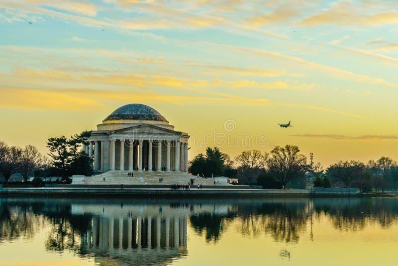 Washington, DC på den tidvattens- handfatet och Jefferson Memorial royaltyfria foton