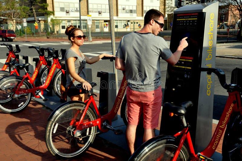 Washington, DC: Pares que alquilan las bicicletas fotografía de archivo