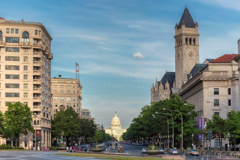 Washington DC - Pennsylvania aveny och Förenta staternaKapitoliumbyggnaden fotografering för bildbyråer