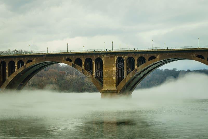 Washington DC, ponte chiave e riflessione sopra il fiume Potomac immagini stock