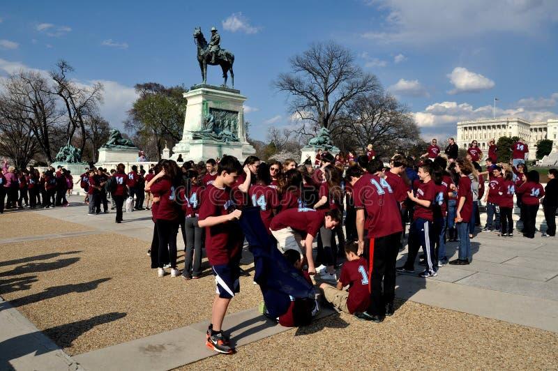 Washington DC: Studenter på Grant Memorial royaltyfri bild