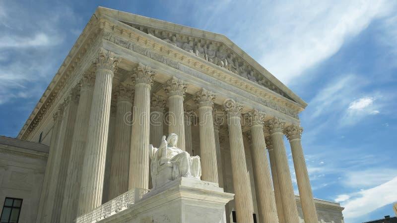 WASHINGTON, DC, U.S.A. - 2 aprile, 2017: noi proposito della statua e della Corte suprema di giustizia in DC di Washington fotografia stock libera da diritti