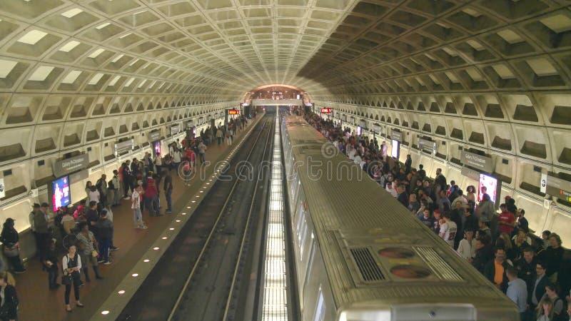 WASHINGTON DC, USA - April, 3, 2017: ett drev på stationen för galleriställetunnelbana i washington dc royaltyfri bild