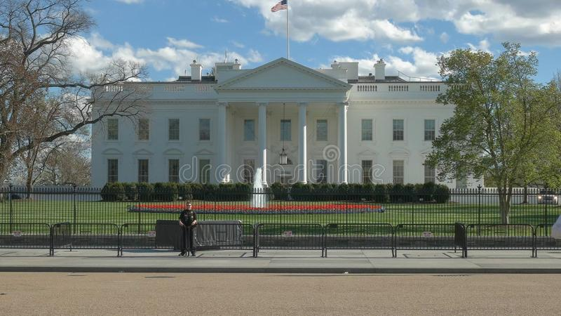 WASHINGTON, DC, USA - April, 4, 2017: Geheimagentoffizier außerhalb des weißen Hauses in Washington lizenzfreies stockbild