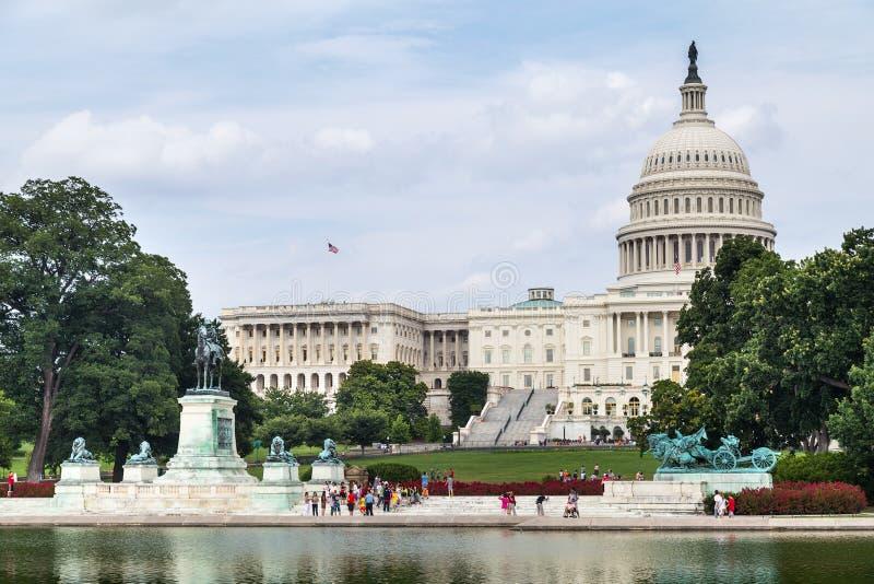 Washington DC/USA - circa Juli 2015: Reflekterande pöl för Kapitolium, Ulysses S Grant Memorial och Kapitolium i Washington, DC arkivfoto