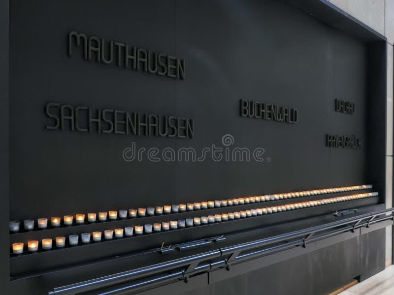 WASHINGTON DC, USA - SEPTEMBER 10, 2015: stearinljus och platta på oss minnes- museum för förintelse i washington arkivbild