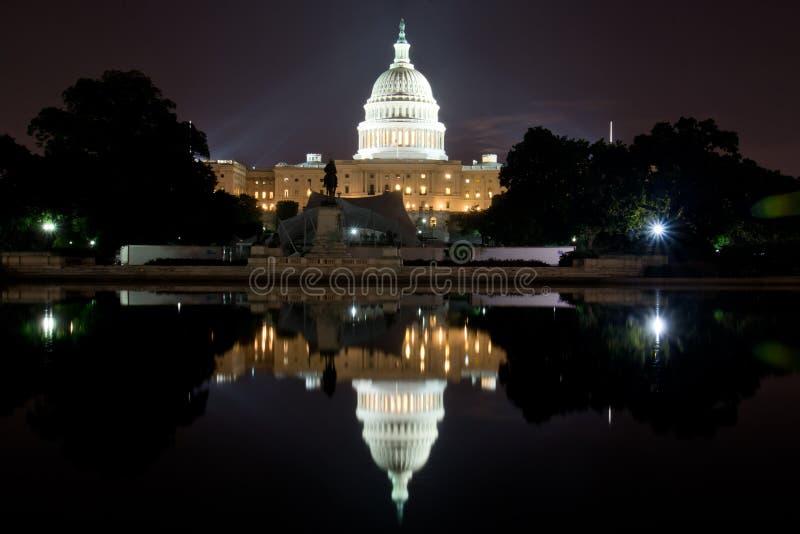 Washington DCKapitoliumbyggnad på natten, med reflexionspölen royaltyfria bilder