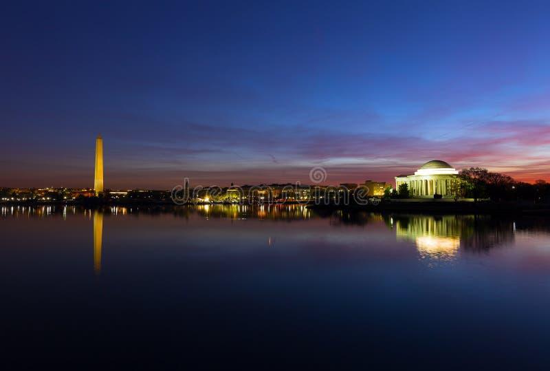 Washington DCpanorama rond Getijbekken bij dageraad tijdens kersenbloesem in de lente royalty-vrije stock foto