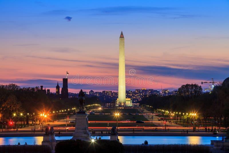 Washington DCstadssikt på solnedgången, inklusive Washington Monument arkivbilder