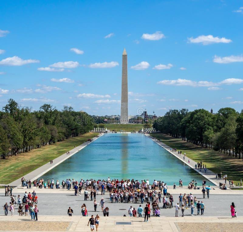 Washington, District Columbia, Vereinigte Staaten - Washington Monument Park, Obelisk National Mall, amerikanische Flaggen und US lizenzfreie stockbilder