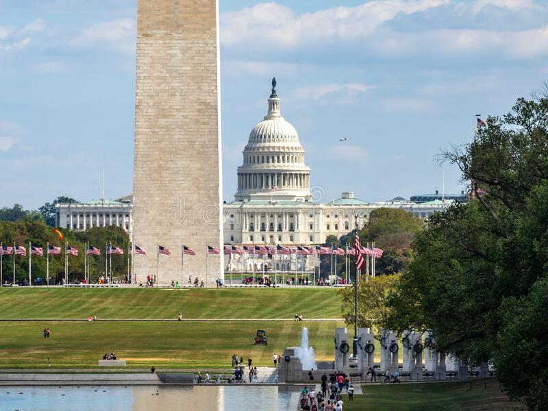 Washington, District Columbia, Vereinigte Staaten - Washington Monument Park, Obelisk National Mall, amerikanische Flaggen und US lizenzfreies stockbild
