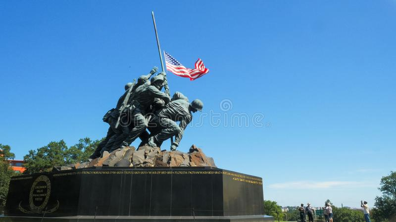 WASHINGTON, DISTRITO DE COLUMBIA, EUA 11 DE SETEMBRO DE 2015: vista média oblíqua do memorial de Iwo Jima foto de stock royalty free